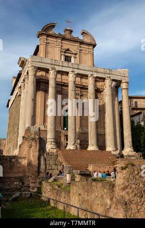 Tempel von Antonius und Faustina am Römischen Forum oder Forum Romanum, (Italienisch: Foro Romano) Rom, Italien - Stockfoto
