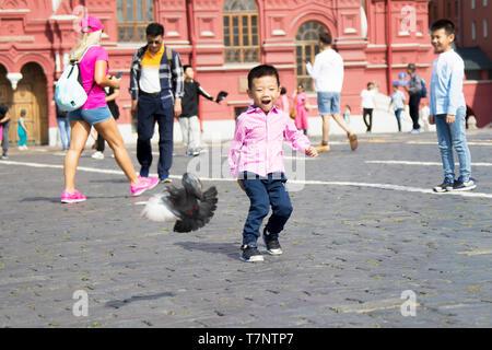 Russland, Moskau, 29. Juli 2018. Der Rote Platz. Touristen auf dem Roten Platz. Menschen im Zentrum von Moskau. Chinesischer Junge auf dem Roten Platz - Stockfoto