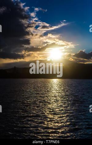 Schönen Sonnenuntergang mit Wolken über dem Wasser - Stockfoto