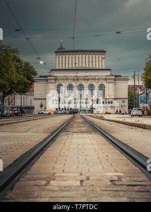Augsburg, Deutschland - Mai 7, 2019: Blick auf das Theater in Augsburg an einem bewölkten und stürmischen Tag - Stockfoto