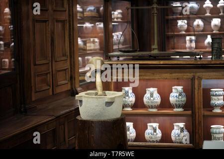 Innenansicht eines alten Apotheke mit Flaschen im Regal - Stockfoto
