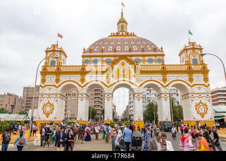 Sevilla, Spanien - 5. Mai, 2019: Der Haupteingang der Messe von Sevilla am Mai 5, 2019 in Sevilla, Spanien - Stockfoto