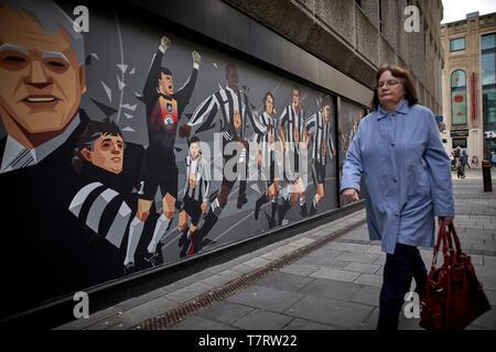 Newcastle upon Tyne, Scott's Menswear in Newcastle City Centre Wandbild ehrt Toon Legenden ... Newcastle United Wandbild - Stockfoto