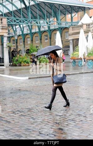 London, Großbritannien. 09 Mai, 2019. Zu Fuß durch Covent Garden im Regen. Regen im Londoner West End. Credit: JOHNNY ARMSTEAD/Alamy leben Nachrichten - Stockfoto