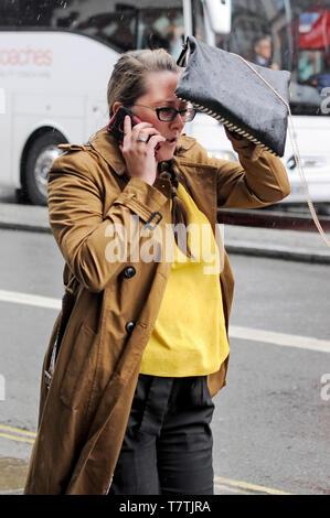 London, Großbritannien. 09 Mai, 2019. Regen im Londoner West End. Credit: JOHNNY ARMSTEAD/Alamy leben Nachrichten - Stockfoto