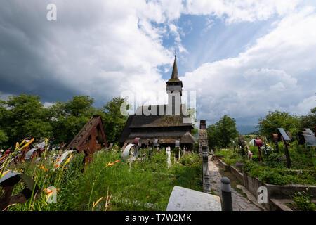 Ieud Hill Kirche und ihren Friedhof, der ältesten hölzernen Kirche im Banat, Rumänien unter dramatischen Himmel. Die Kirche gehört zu einer Sammlung von Holz- Chur - Stockfoto