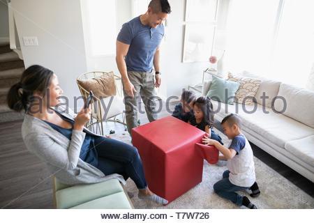 Familie öffnen Geschenk im Wohnzimmer - Stockfoto