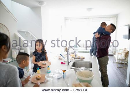 Familie backen Kuchen in der Küche - Stockfoto