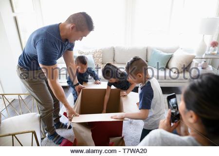 Familie Geschenk öffnen - Stockfoto