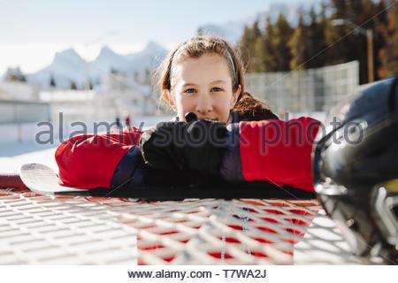 Portrait zuversichtlich Mädchen lehnte sich auf Outdoor Eishockey Ziel - Stockfoto