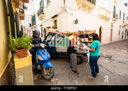 Italien, Apulien, Salento, Gallipoli, Straße Markt im historischen Zentrum - Stockfoto