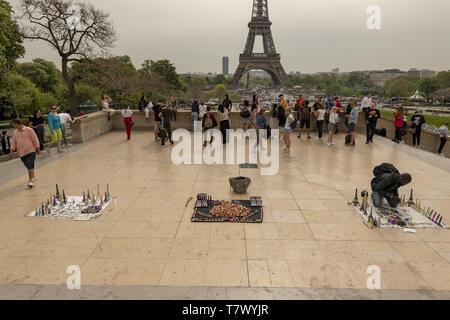 Der Turm ist 324 Meter hoch und dem höchsten Gebäude in Paris. Seine Basis ist Square, 125 Meter auf jeder Seite. Während der Bauphase, die - Stockfoto