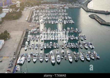 Yatch Hafen Marina Pier und Bootsdock England Yatchs und Schiffe warten auf das offene Meer. Antenne drone Ansicht gerade nach unten oben T-Kopf suchen. - Stockfoto