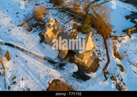 Die alte Holzkirche von Dmitry Solunsky der Myrrhe - Stream (1783) am Abend (Aufnahmen aus quadrocopter). Dorf Shcheleyki, Leningrad Reg - Stockfoto