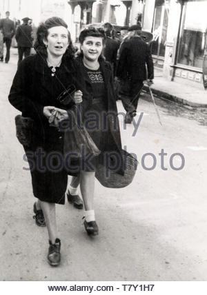 Zwei erwachsene Frau zu Fuß auf der Straße Frankreich ca 1940 s - Stockfoto