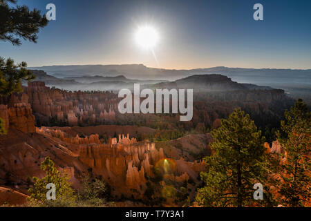 Bryce Canyon National Park, Utah, USA. Übersicht über das Amphitheater, Sunrise Point, bei Sonnenaufgang *** Local Caption *** - Stockfoto