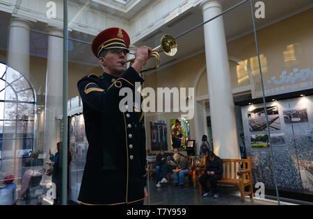Eine lebensgroße Nachbildung der US-Armee Hornist Staff Sgt. Jesse Tubb im Welcome Center von Arlington National Cemetery. Arlington. Virginia. USA - Stockfoto