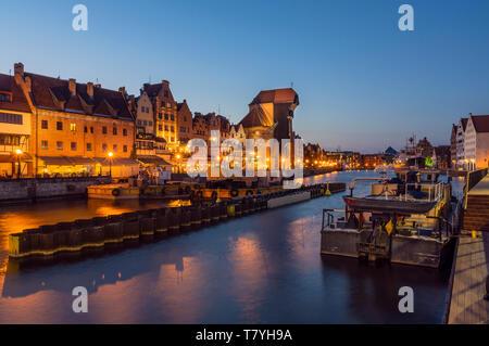 Der Danziger Altstadt am Ufer der Mottlau in der Abenddämmerung. Unter den Gebäuden ist in der berühmten mittelalterlichen Kran - Stockfoto