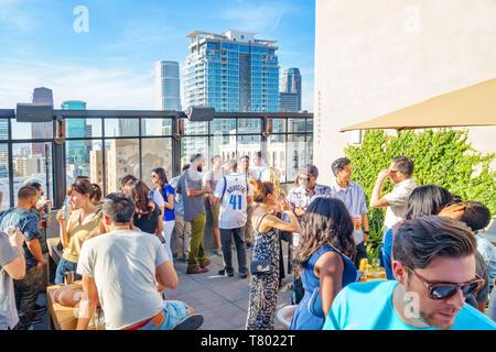 Die Menschen genießen eine Partei auf die Dachterrasse des Ace Hotel in der Innenstadt von Los Angeles, Kalifornien, USA - Stockfoto