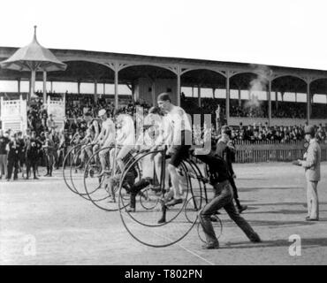 High Wheeler Fahrrad Rennen, 1890 s - Stockfoto