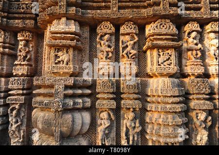 Kunstvoll geschnitzten Tänzer und Musiker auf der Kalinga stil Konark Sonnentempel zu Surya, UNESCO-Weltkulturerbe, Odisha, Indien, Asien - Stockfoto