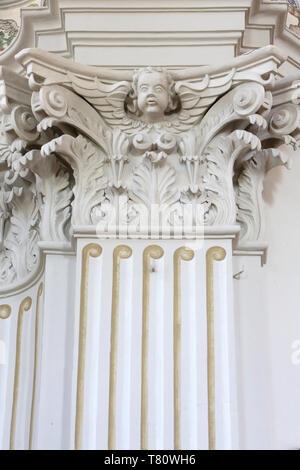 Skulpturen sur un Pilier. Eglise Saint-Nicolas de Véroce. Saint-Nicolas de Véroce. - Stockfoto