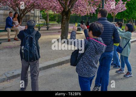 Touristen Fotos machen und ein Brautpaar auf dem linken Ufer von Paris, Frankreich. - Stockfoto