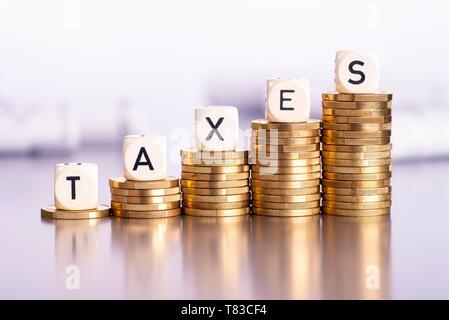 Steigende Stapel von Münzen mit dem Wort steuern - Stockfoto