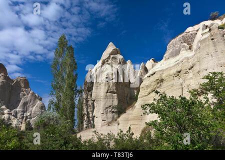 Roten und weißen Sandsteinfelsen, alten Höhlen in einer Berglandschaft zwischen Tälern in Kappadokien, Türkei - Stockfoto