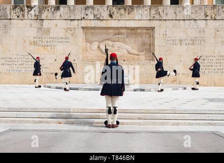 Athen, Griechenland - 9. März 2019: Änderung der Präsidentengarde namens Evzones vor dem Denkmal des unbekannten Soldaten, neben dem Griechischen P - Stockfoto