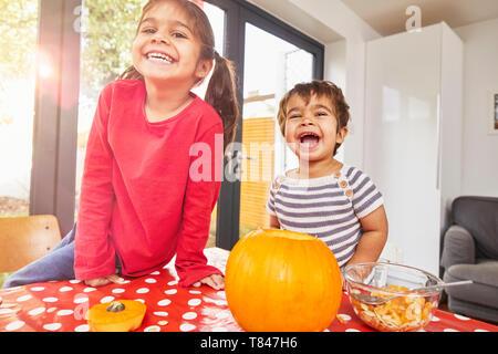 Kinder schnitzen Kürbis in der Küche - Stockfoto