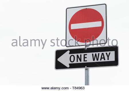 Nahaufnahme von ein Schild mit einem Nicht ein Symbol über einem einfachen Pfeil mit Text, welche Punkte in das Bild in Richtung negativer Platz links. - Stockfoto