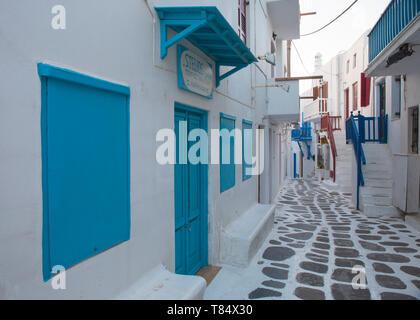 Mykonos Stadt, Mykonos, südliche Ägäis, Griechenland. Blick entlang einer typischen weißen Gasse in das kleine Venedig Quartal. - Stockfoto