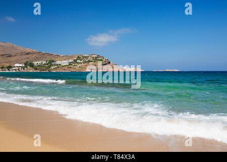 Panormos, Mykonos, südliche Ägäis, Griechenland. Blick vom Strand auf das klare, türkisfarbene Wasser der Bucht Panormos. - Stockfoto