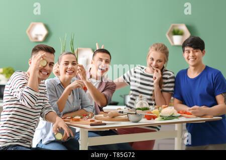 Junge Freunde Spaß beim Kochen in der Küche - Stockfoto