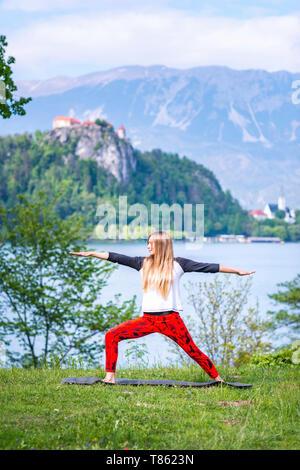 Frau beim Yoga am See - Stockfoto