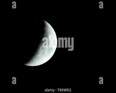 Eine sehr scharfe Nahaufnahmen der aufgehenden Mondsichel in den Nachthimmel. - Stockfoto