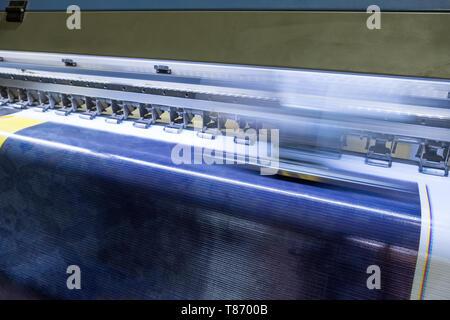 Große Tintenstrahldrucker Kopf auf blauem Vinyl Banner - Stockfoto
