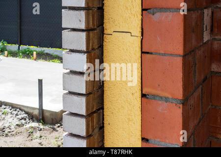 Nahaufnahme von zweischaligen Wand Dämmplatten in Mauerwerk Hohlräume in neu gebauten Haus verwendet, um Wärmeverluste zu reduzieren ausgestattet - Stockfoto