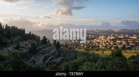"""Morgens einen Schleier über Jerusalem, Israel. Ein Foto auf """"golden hour"""", die den nördlichen Eingang in die Stadt in der Dämmerung, hinter die angrenzende Stadt - Stockfoto"""
