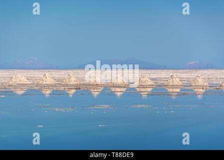 Stapel von Salz in den Salar de Uyuni (Uyuni Salzebenen), Potosi, Bolivien ausgerichtet - Stockfoto