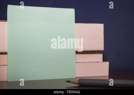 Schließen Sie bis zu drei verschiedene Größen Rechteck Schachteln aus Holz papier bleistift Design Business leere Raum Text für Anzeige Web site Förderung isolierte Banne - Stockfoto