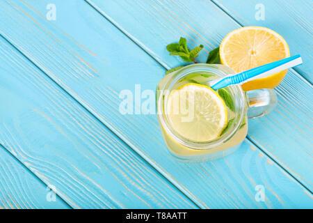 Blick von oben auf die Limonade in Mason jar mit Stroh auf Blau Holztisch - Stockfoto