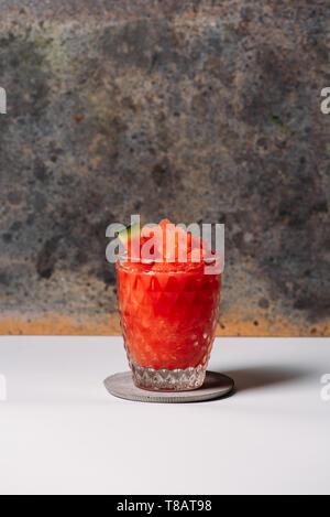 Frische Wassermelone Daiquiri, erfrischenden Cocktail in Glas auf weissen Hintergrund - Stockfoto