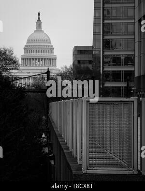 Schwarz und Weiß (Monochrom) Blick auf das Capitol Gebäude über die Bahngleise in Washington, DC, USA - Stockfoto