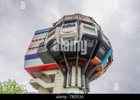 Die Bierpinsel, von unten fotografiert, ein ikonisches und schrulliges Gebäude im Steglitz-Viertel, erbaut in den 1970er Jahren, Berlin, Deutschland