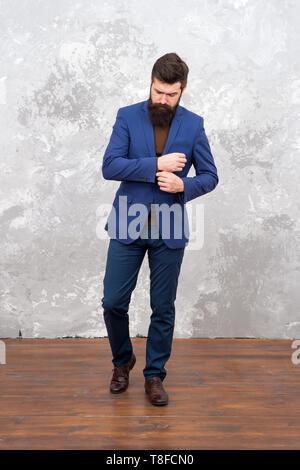 Männliche fashion model. Reifen Geschäftsmann wandern. Das moderne Leben. Anpassen oder Modedesigner. Brutale bärtigen hipster Geschäftsmann in Anzug. Elegante Mann mit Bart. erfolgreicher Geschäftsmann. Milliardär. - Stockfoto