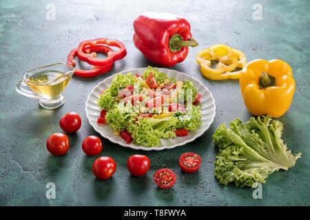 Mit gesunden, frischen Salat und Zutaten auf der Tischplatte - Stockfoto