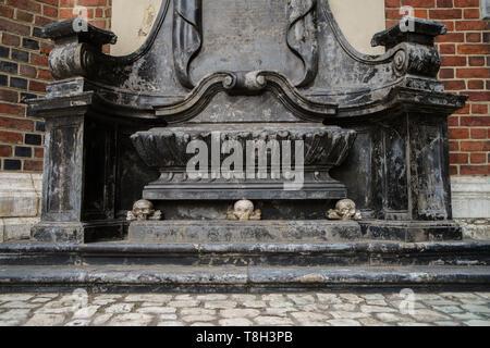 Alte Christliche Kirche der Heiligen Maria von Krakau in Polen im gotischen Stil erbaut. Marmor Stein skull Statue in die Außenseite des alten katholischen Tempel i - Stockfoto