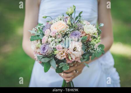 Nahaufnahme von einer Braut hält einen Blumenstrauß - Stockfoto